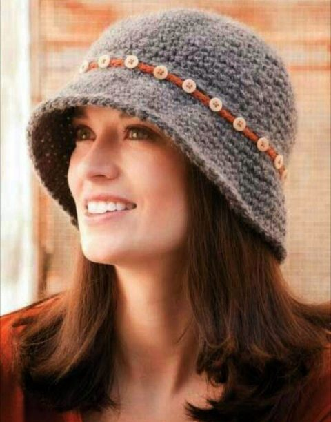 Серая теплая шляпа крючком с тесьмой из пуговиц