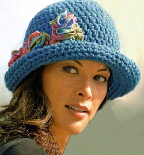 Бирюзовая теплая шляпка крючком с цветами