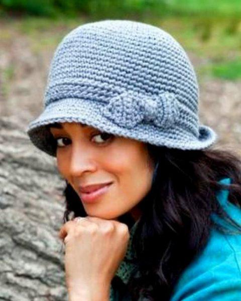 Женская теплая шляпа крючком с бантиком