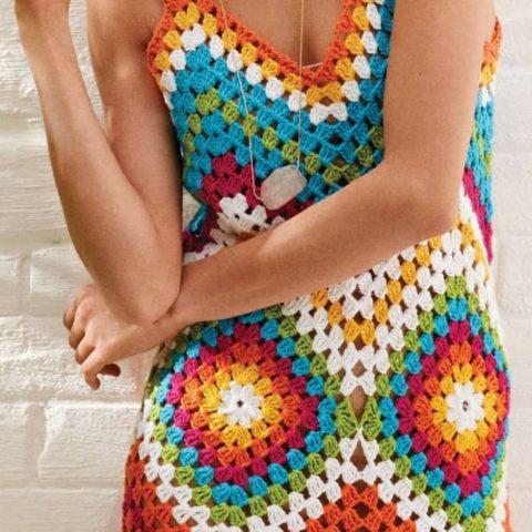 Женское платье на основе бабушкиного квадрата