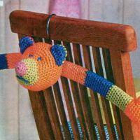 Чехол для вешалки вязаный крючком «Мишка косолапый»