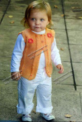 Оранжевый жилет для девочки. Вязание крючком.
