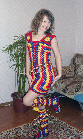 Разноцветное платье и сапожки из мотивов бабушкин квадрат
