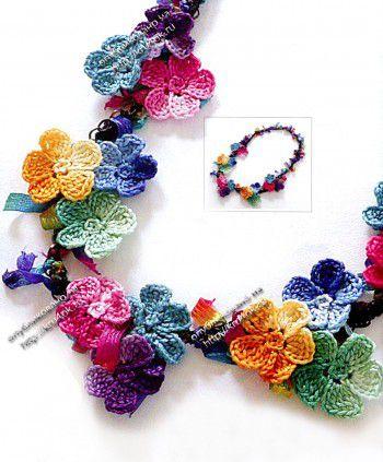 Цветочные бусы - яркое вязаное украшение