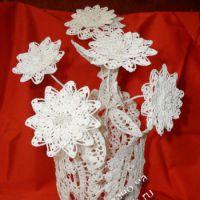 Ажурные цветы в вазе, связанные крючком