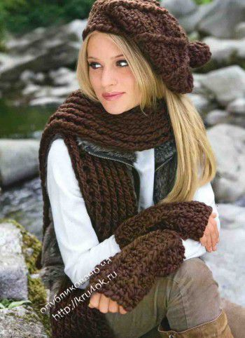 Берет с помпоном, теплый шарф и митенки крючком