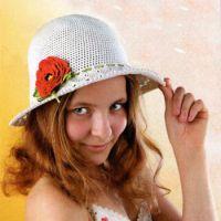 Ажурная шляпка с красным цветком