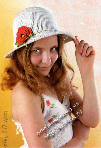 Ажурная шляпка с красным цветком. Вязание крючком.