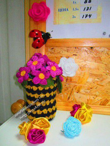 Вязаные цветы в вазе.