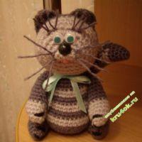 Вязаная игрушка котенок