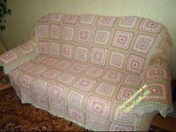 Вязаное крючком покрывало на диван