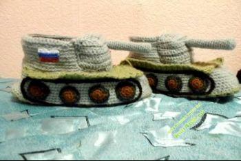 Тапочки в виде танка – работа Татьяны. Вязание крючком.