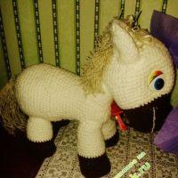 Вязаная игрушка — пони