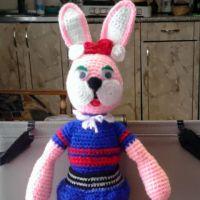 Вязаная игрушка зайка — работа Галины