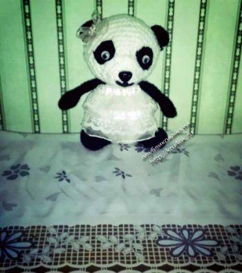 Вязанная крючком игрушка панда-пандочка в юбке