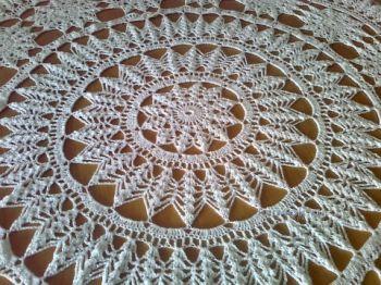 Вязанная крючком круглая скатерть - работа Елены