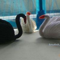 Вязаные лебеди — работа Альбины