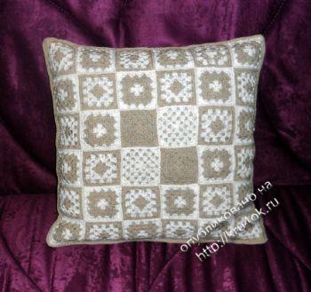 Декоративный чехол для подушки из бабушкиных квадратов