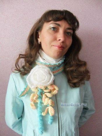 Шарфик — украшение Белая роза — работа Елены. Вязание крючком.