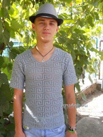 Вязаная мужская футболка – работа Ирины Стильник. Вязание крючком.