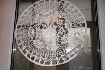 Украшение на окно – работа Альбины Петровны. Вязание крючком.