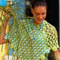 Трехцветное вязаное пончо
