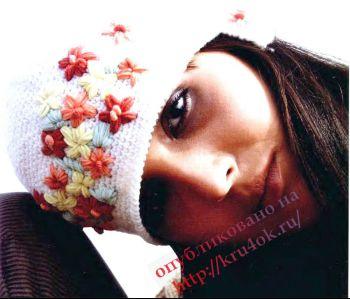Вязаная крючком шапка с вышитыми цветами