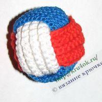 Трехцветный мячик, связанный крючком