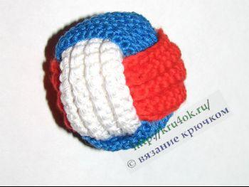 Трехцветный мячик, связанный крючком для начинающих
