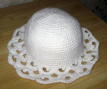 Белая шляпа с ажурными полями. Работа Наталии. Вязание крючком.