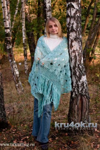 Голубой палантин на вилке. Работа Татьяны Родионовой. Вязание крючком.