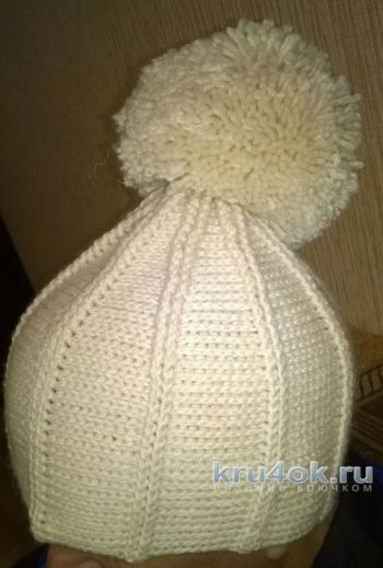 Вязаная крючком шапка с помпоном. Работа Ольги