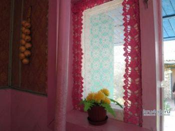 Вязаные шторы для кухонного окна. Работа Анны
