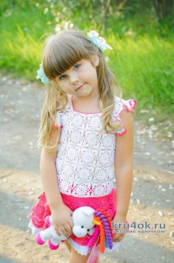 Комплект для девочки: вязаная кофточка и юбка