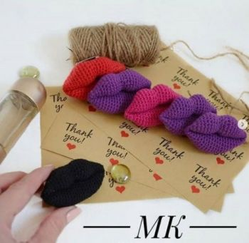 Брошь губы крючком - вязаное украшение для смелых