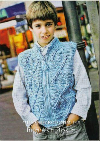 Голубой жилет для мальчика. Вязание крючком.