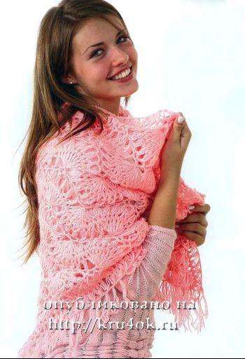 Розовый платок, связанный на вилке. Вязание крючком.