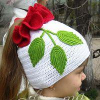Вязаная шапочка для девочки «Роза»