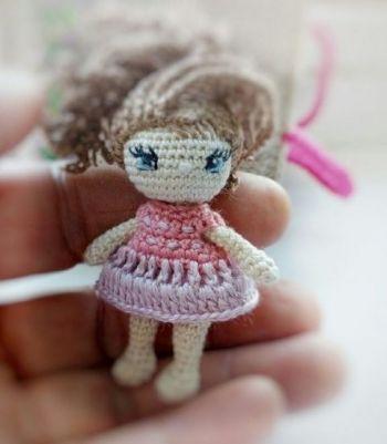 Кукла Ева, связанная крючком и ее домик