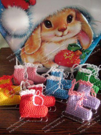 Вязаные разноцветные коньки - новогодние игрушки