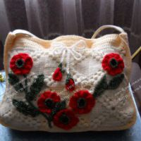 Вязаная сумка, украшенная маками